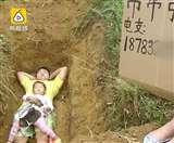 जानें क्यों यह पिता अपनी बेटी को कब्र में लेकर सोता है और खेलता है