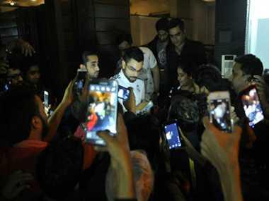 Virat Kohli threw a party to his teammates at new home