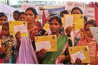 MGNREGA workers get Rs 5 wage hike, return it to PM Narendra Modi