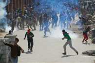 Violent clashes between police and protester, 11 injured