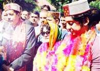 karan singh welcomed by workers in kullu
