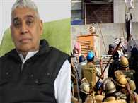 Before Rampal arrived his supporters in court , distributed pamphlets