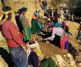 इन ग्रामीणों के जज्बे को सलाम पहाड़ तोड़कर खुद बना रहे हैं सड़क