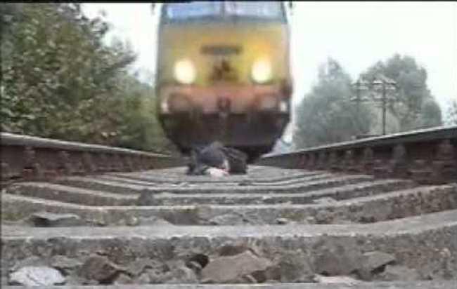 पत्नी को प्लेटफार्म पर बिठा ट्रेन के आगे कूद कट मरा अधेड़