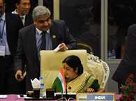 Swaraj exchanges pleasantries with Pak foreign official