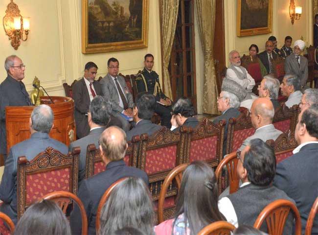 photos: pm मोदी ने राष्ट्रपति को ज्यूडिशियल रिफॉर्म्स- रिसेंट ग्लोबल ट्रेंड्स की पहली प्रति