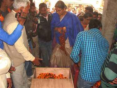 cremation of bjp leader bisheshwar ojha over.