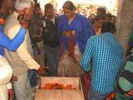 cremation of bjp leader bisheshwar ojha over.