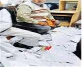 चुनाव परिणाम के बाद लखनऊ सचिवालय में फाड़ी गई ढेरों फाइलें