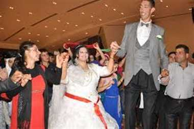 Worlds tallest man wedding day