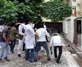 यूपी के स्वास्थ्य मंत्री के घर फेंके टमाटर और अंडे, कांग्रेस और सपा आंदोलित