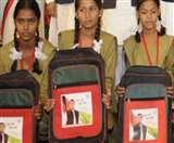 गुजरात के सरकारी स्कूलों में बंटे अखिलेश की फोटो वाले बस्ते