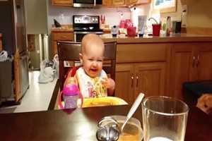 हैरान हो जाएंगे आप इस बच्चे की हंसी को देखकर