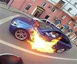 देखिए जब चलती कार में लगी आग