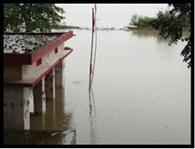 बाढ़ में बहा घर, दियारा में स्थिति बिगड़ी