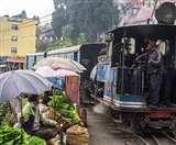 भारत का ये सब्जी बाजार लगता है ट्रेन की पटरियों पर