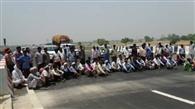 उचित मुआवजे को किसानों ने एक्सप्रेस वे पर लगाया जाम