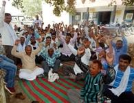 मारपीट के विरोध में अनिश्चितकालीन धरने पर बैठे बिजली कर्मचारी