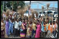 सफाई कर्मियों ने किया प्रदर्शन, हड़ताल की चेतावनी
