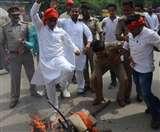 गिरफ्तारी पर आक्रोशः अखिलेश समर्थकों ने योगी के पुतले फूंके