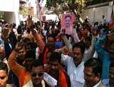 लखनऊ में भाजपा कार्यालय में केशव व आदित्यनाथ के समर्थक कर रहे हंगामा