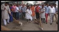 भाजपाइयों ने चलाया शहर में स्वच्छता अभियान