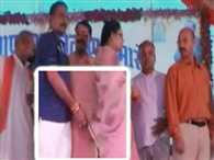 MP: Seoni Mla cleans his hands with Ex-Mps saree