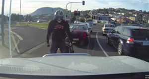 रेड सिग्नल पर रुकते ही डांस करने लगता है यह बाइक सवार