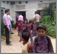 अमान्य स्कूलों में बच्चों की छुट्टी कर लगाया ताला
