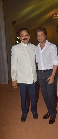 इफ़्तार पार्टी में पहुंचे शाहरुख और सलमान खान, देखिए तस्वीरें