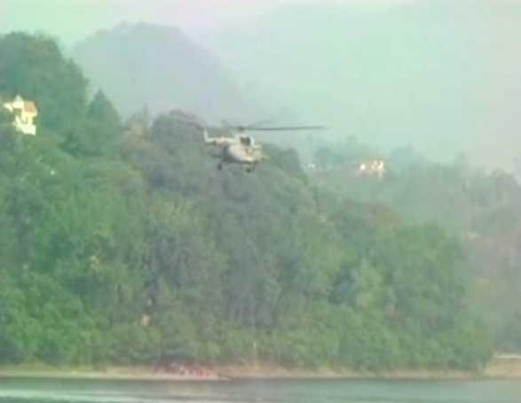 उत्तराखंड में जंगल की आग बुझाने के लिए उतरी वायुसेना