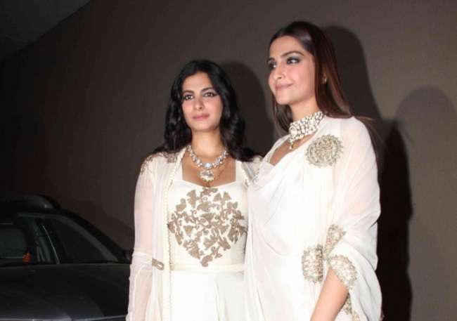 after priyanka chopra now kapoor sisters do the Mannequin Challenge