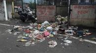 सफाई कर्मी हड़ताल पर, सड़क पर फैल रहा कूड़ा