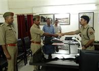 ड्यूटी पर मुस्तैद सिपाहियों को एसपी ने दिया इनाम
