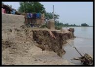 कटान होने के बावजूद अहलादपुर के ग्रामीण घर छोड़ने को तैयार नहीं