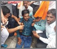 बेहोश हुए शिक्षामित्र को पुलिस जीप से भेजा अस्पताल