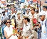 फैजाबाद में सड़क पर गांधीगीरी का रास्ता अपना रही पुलिस