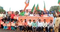 बीजद की गुंडागर्दी के खिलाफ भाजयुमो का प्रदर्शन, गिरफ्तार, रिहा