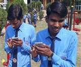 दिव्यांग बच्चे मोबाइल फोन से कर रहे पढ़ाई, धड़ाधड़ चला रहे फेसबुक-वॉट्सएप