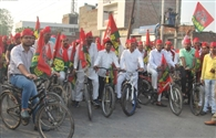 सपाइयों ने योग दिवस पर दौड़ाई साइकिल