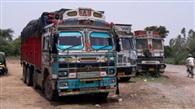 तीन ट्रकों से नौ लाख के सामान बरामद