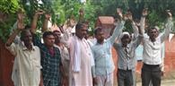 चौबीस घंटे बिजली देने की मांग को लेकर बलंभा के ग्रामीणों ने किया प्रदर्शन