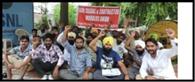 वेतन नहीं देने पर कर्मचारियों का ठेकेदार के खिलाफ धरना