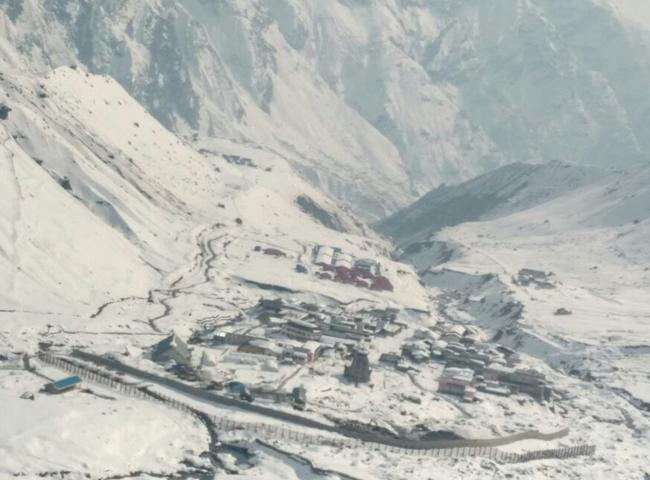 pics: उत्तराखंड में बदला मौसम, पहाड़ों पर हुई बर्फबारी