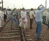 Gujjars begin Mahapadhav on the railway track