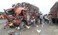 ट्राला से टकराया मुर्गियों से भरा कैंटर, दो की मौत