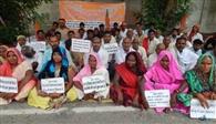 जल निकासी को लेकर ग्रामीणों का धरना