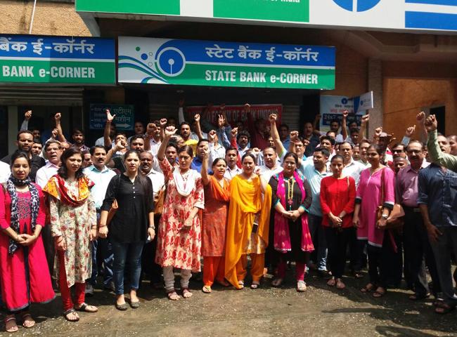 pics: उत्तराखंड में मांगों को लेकर बैंककर्मी रहे हड़ताल पर, लोगों को हुई परेशानी