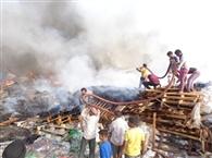 भयंकर आग से कबाड़ का गोदाम राख, करोड़ों का नुकसान