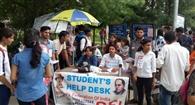 सेंट्रलाइज्ड परीक्षा के लिए आए छात्रों को एसएफआइ ने दिखाई राह